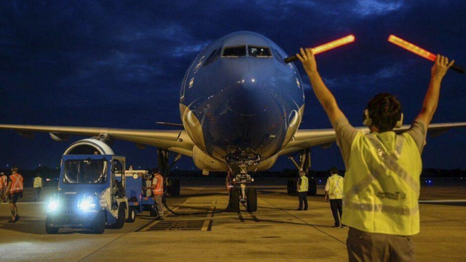 viaja-otro-avion-a-rusia-para-buscar-mas-dosis-de-la-vacuna-sputnik-v| La 100 Bragado 90.9 mhz
