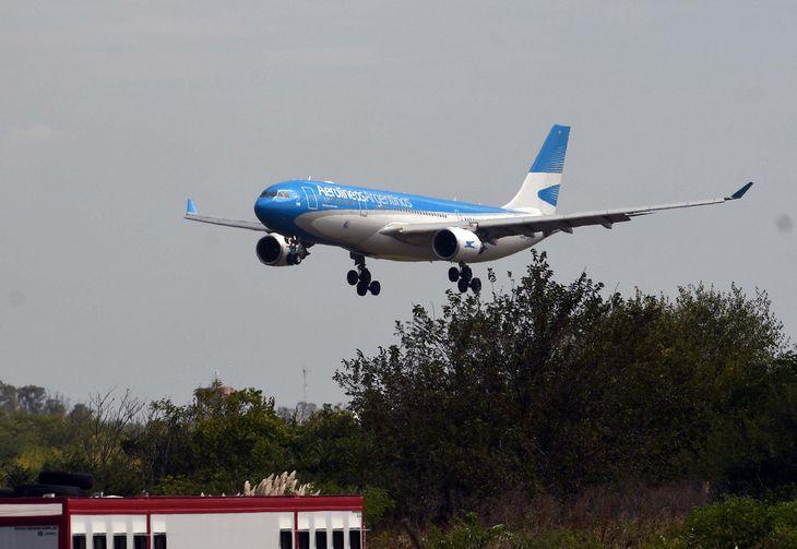 por-una-ola-de-contagios,-aerolineas-argentinas-tuvo-que-trasladar-vuelos-de-aeroparque-a-ezeiza  La 100 Bragado 90.9 mhz