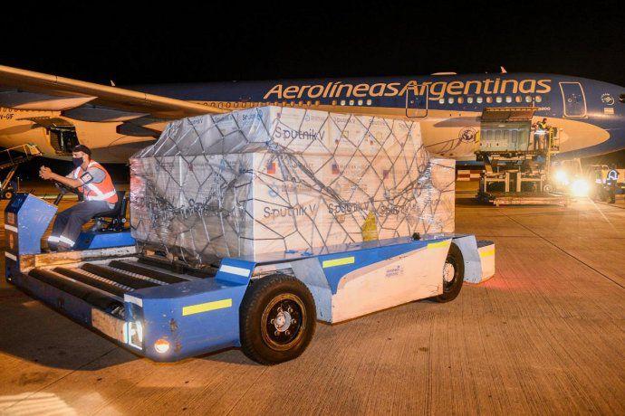 llego-el-vuelo-de-aerolineas-argentinas-con-otras-800-mil-dosis-de-la-vacuna-sputnik-v| La 100 Bragado 90.9 mhz